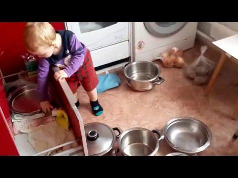 Как Сережа играет в кастрюли