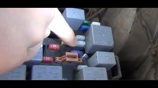 замена предохранителя электроподъемников левой двери в автомобиле КИА Спектра