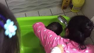 1살 사촌동생의 목욕시간 함께한 5,6세 누나들