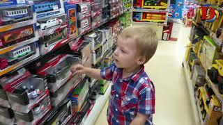 ВЛОГ Гуляем в большом ТРЦ Магазин игрушек Выбираем самокат катаемся на машинке в Супермаркете
