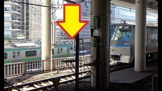 旧東急東横線の横浜駅地上ルート時代の鉄橋跡前を走行する東海道線と相鉄線