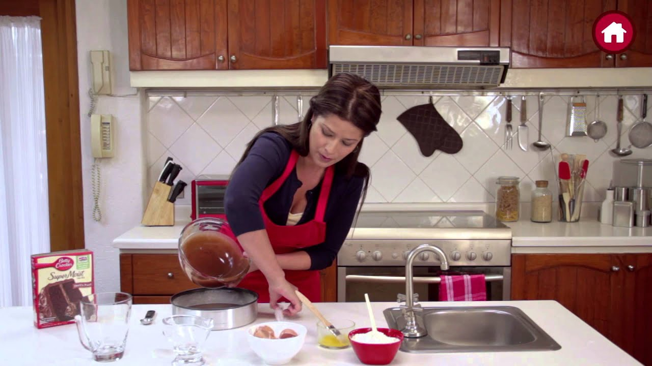 C mo hacer pasteles con betty crocker youtube for Cocinar para 5 personas