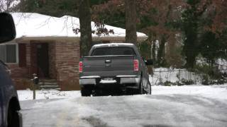 "Atlanta Snow Storm 2011 January 10, 2011 ""Idiot Alert"" 4x4 Toyota versas a Ford F150"