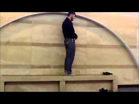 ruso reza musulmanes en el metro en rusia.