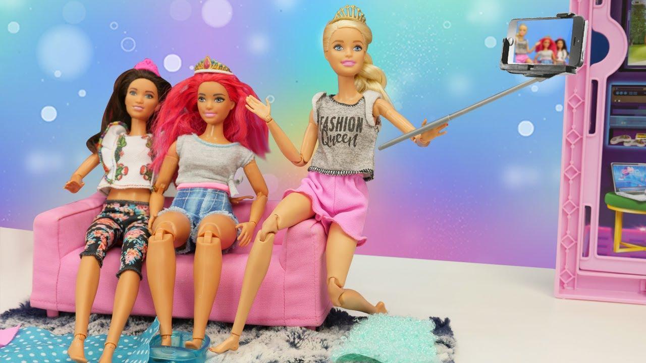 ¡Una fiesta de chicas! Las muñecas Barbie hacen manicura y selfies. Video para niñas