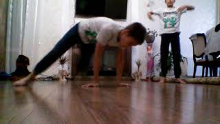 8 летние дети танцуют брейк-данс😱😱😱😱