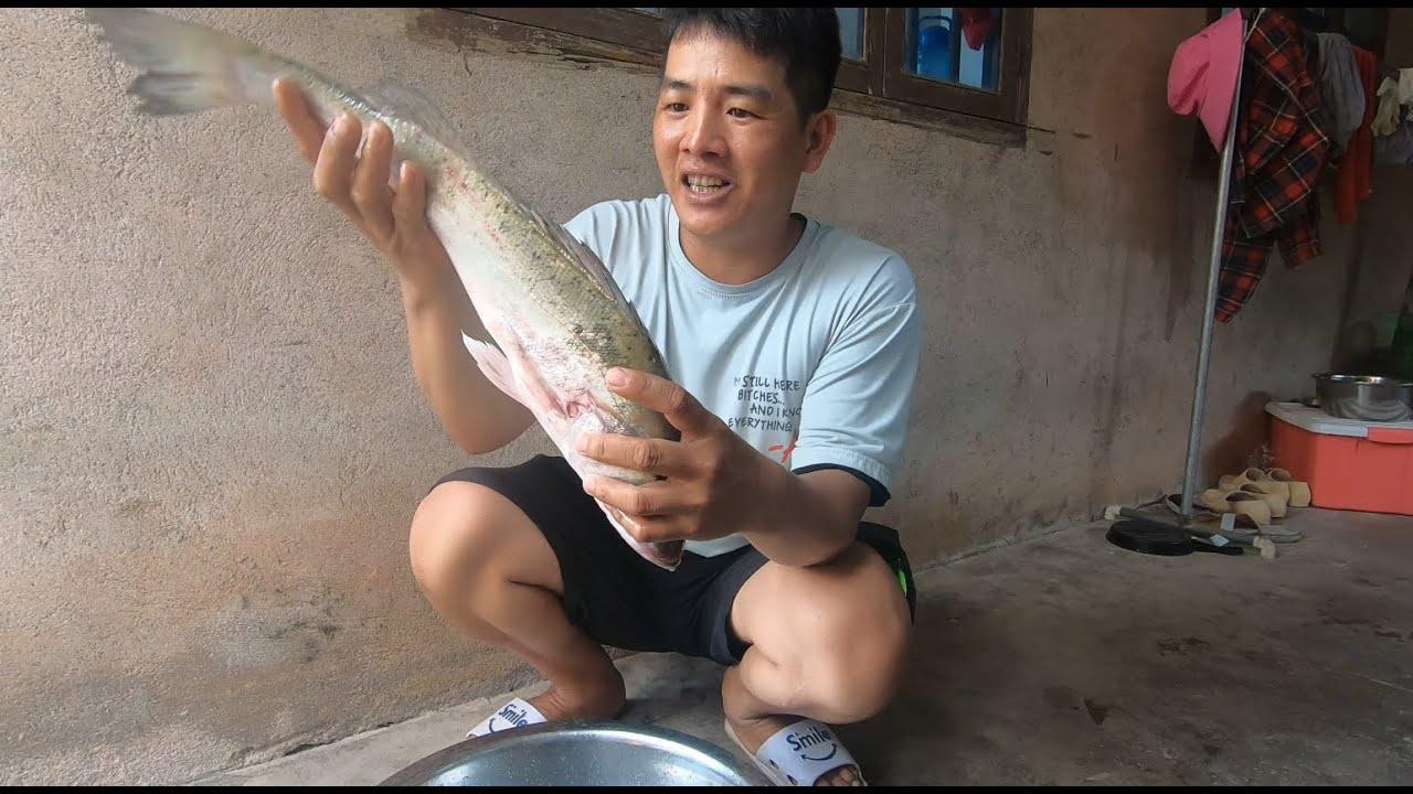 刀仔烤一条4斤重大鲈鱼,撒上辣椒配菜,烤完后自己都笑了