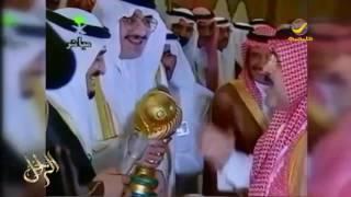 فيديو للأمير عبدالرحمن بن سعود يهدي الملك فهد هدية تذكارية مع درع النصر