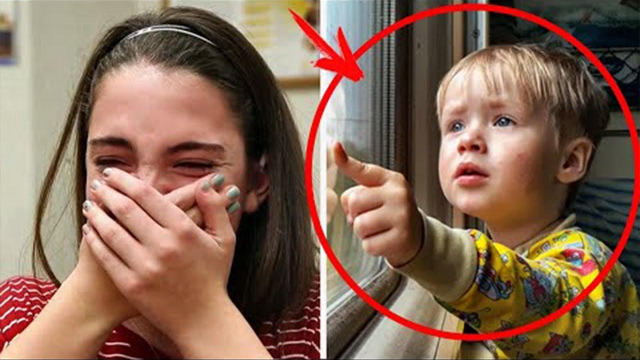 طلبت سيدة من الأب أن يهدأ إبنه المزعج لكن إجابته جعلة الجميع يبكون😔