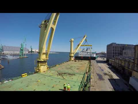Jumbo lifts and transports the world's largest delivery of feed barges