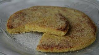 Une savoureuse galette de semoule marocaine nommée Harcha. Servez-l...