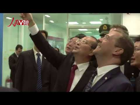 Russian PM Medvedev visits PD Online HQ, chats with Chinese netizens