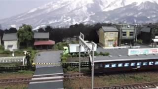 鉄道模型(N)跨線橋のある昭和の町並みを走るEF57+43系/オハニ36形