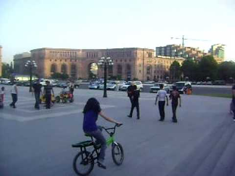 Дедок на роликах в центре Еревана