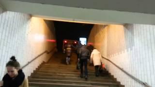 метро авиамоторная ... мусоровоз.(как выход из метро Авиамоторная становится помойкой., 2013-11-20T16:51:09.000Z)
