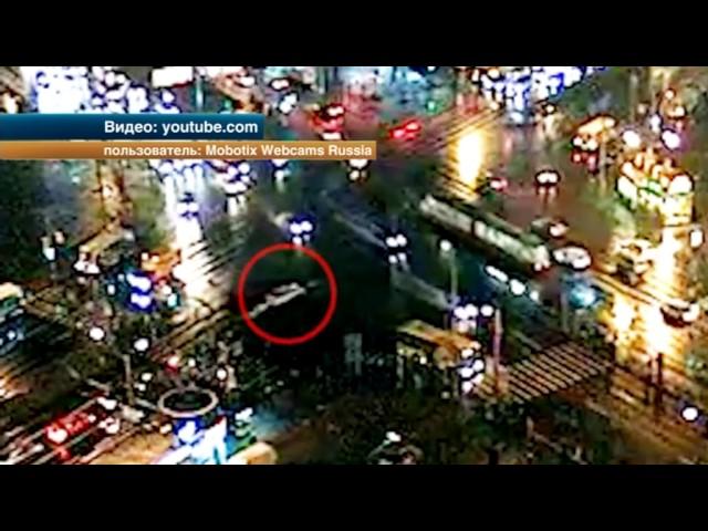 Авто, влетевшее в толпу пешеходов в Петербурге, попало на видео