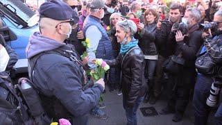 No Pass, alla manifestazione di Roma fiori alle forze dell'ordine e attacchi ai sindacati