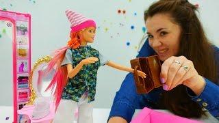 Девочки играют в куклы. Валя и Барби собирают грибы в лесу