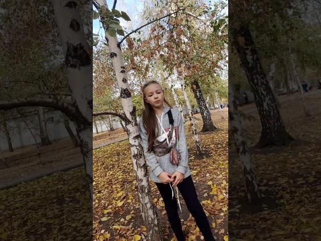 Изображение предпросмотра прочтения – АлинаСинько читает произведение «Клён ты мой опавший» С.А.Есенина