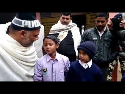 हाईकोर्ट के फैसले को नही मान रहे शिक्षक,ठिठुरते बच्चे को ओढ़ाया अपना चादर। pappu yadav