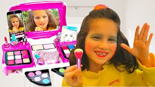Alice is learning how to use makeup for childrens | Make up Pretend Play