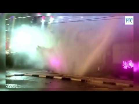Из-за прорыва трубы в Новосибирске получился фонтан с подсветкой