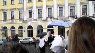 Жених несет невесту на руках=)