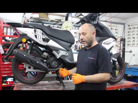 How to check the oil level on your motorcycle