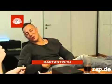 Farid Bang bekommt Lachkrampf beim Interview