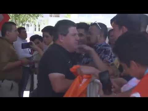 Miguel Herrera atiende a los aficionados en León