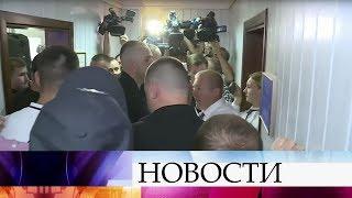 видео В суде произошла стычка между полицией и адвокатами Януковича