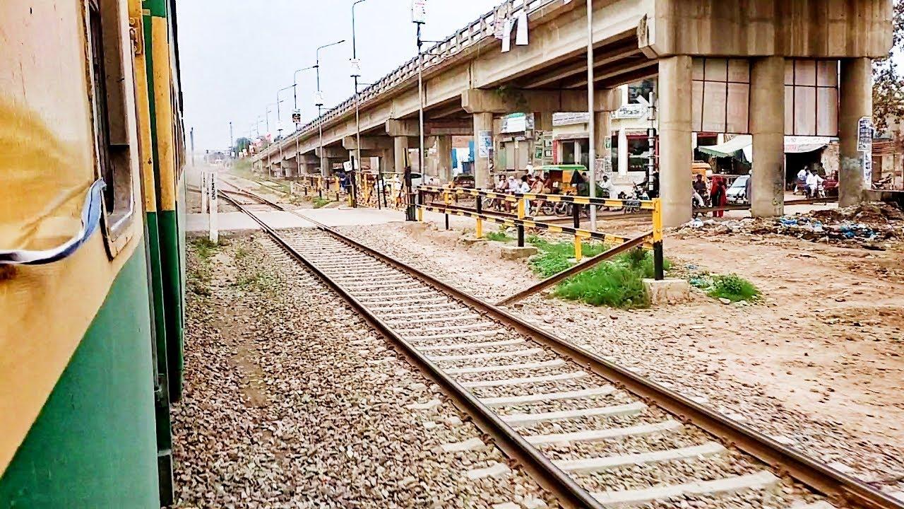 Pakistan Railways:5up Green Line crossing Pattoki Railway Station