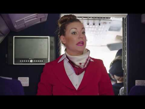 Stewardess Eva uit Rotterdam geeft instructies! | Klikbeet