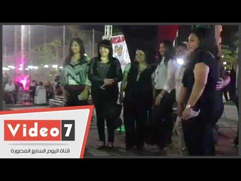 أعضاء نقابة الصحفيين يلتقطون الصور التذكارية مع النقيب في احتفالية الأعضاء الجدد  - 23:21-2017 / 6 / 22