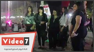 أعضاء نقابة الصحفيين يلتقطون الصور التذكارية مع النقيب في احتفالية الأعضاء الجدد