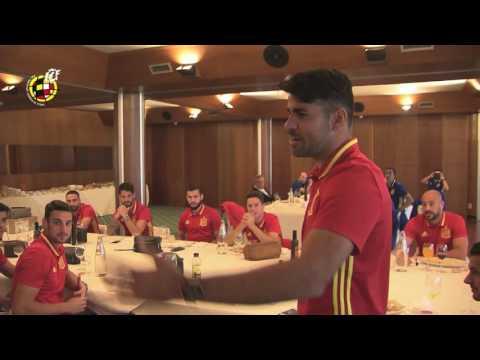 Diego Costa celebra su cumpleaños rodeado de sus compañeros de Selección
