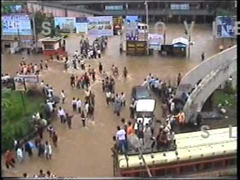 26 July, 2005: Flooded streets, crazy traffic and near darkness in Mumbai