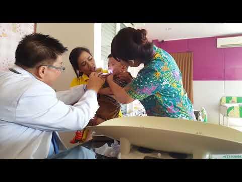 Pemeriksaan kesehatan berkala untuk siswa Sayang School Surabaya
