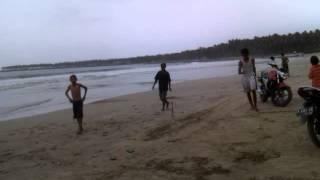 Main bola di Pantai Banten selatan.