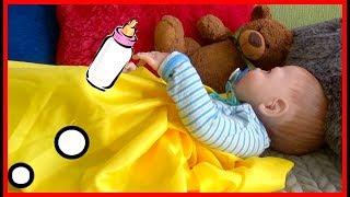 Макар играет с куклой Алешей и купает его