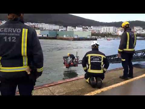 Amplio despliegue en el puerto de Burela por un coche que se cayó al mar