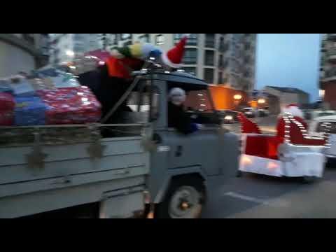 Papá Noel e O Apalpador desfilan xuntos a golpe de bucina en Sarria
