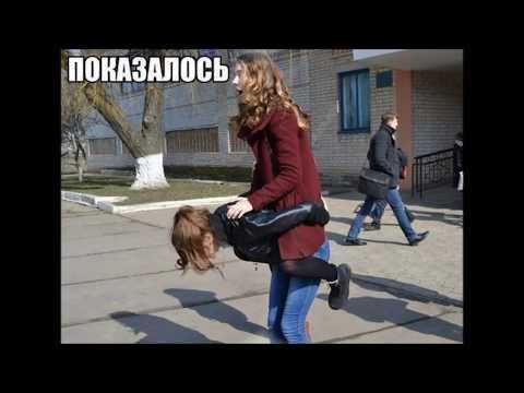 Восемнадцатилетние девушки откровенно позируют на улице