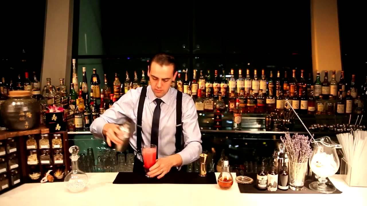 Шейкер для коктейлей в руках бармена Simone Caporale на www .
