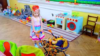 Эльвира в ДЕТССКОЙ ГРУППЕ Игры для деток ясельного возраста. Как Мама Живая кукла Видео для детей