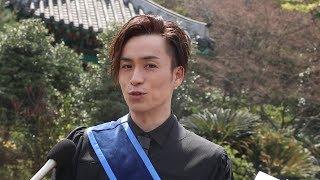 3月26日、EXILE TETSUYA が早稲田大学大学院を卒業し、大隈講堂バックに...