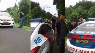 Heboh! Pendemo Lakukan Razia Pada Mobil Polisi