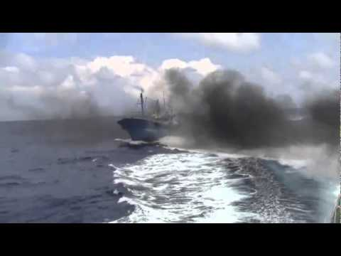 A Chinese ship throws itself into Japanese Maritime Safety Agency patrol boat.