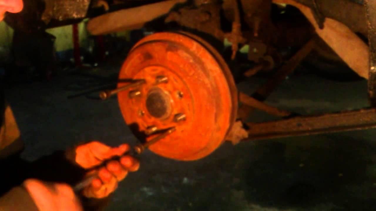 Снимаем тормозной барабан на Мазде Фамилия
