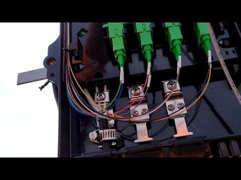 Como é feita a ligação da fibra óptica na caixinha de distribuição